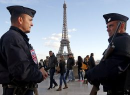 French police officers stand guard by the Eiffel tower a week after a series of deadly attacks in the French capital Paris, France, November 22, 2015.  REUTERS/Eric Gaillard